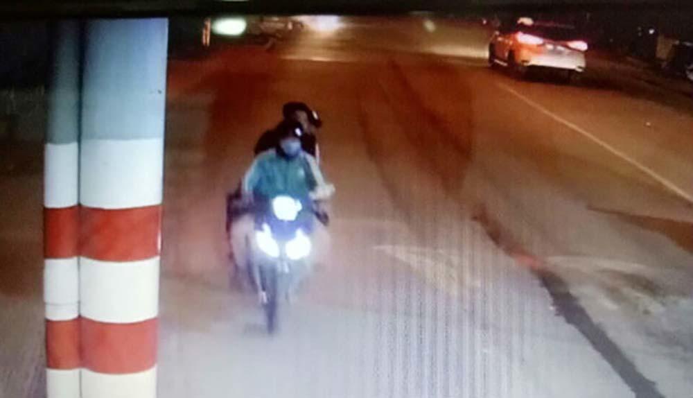 Người phụ nữ chạy Grab bị chích roi điện, cướp xe máy ở Sài Gòn