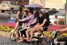 TQ: Anh chàng đi xe điện chở 5 cô gái trên phố gây xôn xao