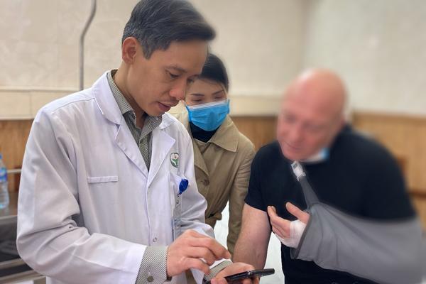 Bác sĩ Việt giúp bệnh nhân người Pháp giữ lại ngón tay