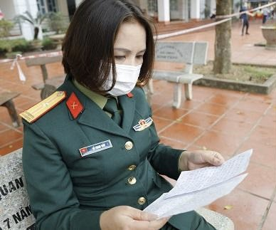 Nữ thiếu tá gửi con, tình nguyện khăn gói vào làm việc trong khu cách ly