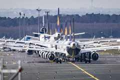 Hàng ngàn máy bay nằm sân, bế tắc vì hết chỗ đậu