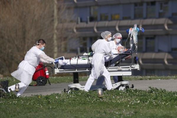 Thế giới 7 ngày: Covid-19 tăng tốc tấn công, Mỹ thay TQ thành tâm đại dịch