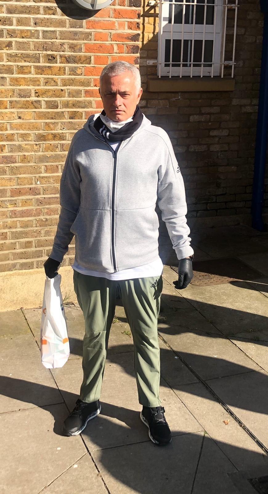 HLV Mourinho đi tiếp tế thức ăn cho người già ở London