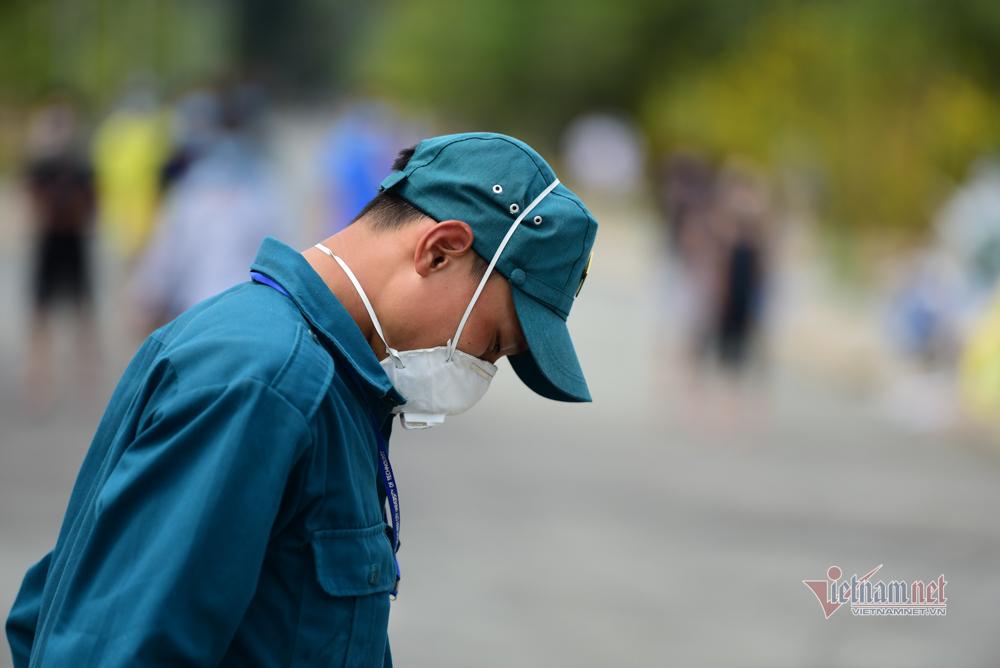 Rác thải chất đống sau một ngày tiếp tế ở khu cách ly ký túc xá TP.HCM