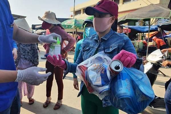 Trăm người dân Quảng Nam háo hức gom rác thải đổi lấy khẩu trang, nước rửa tay