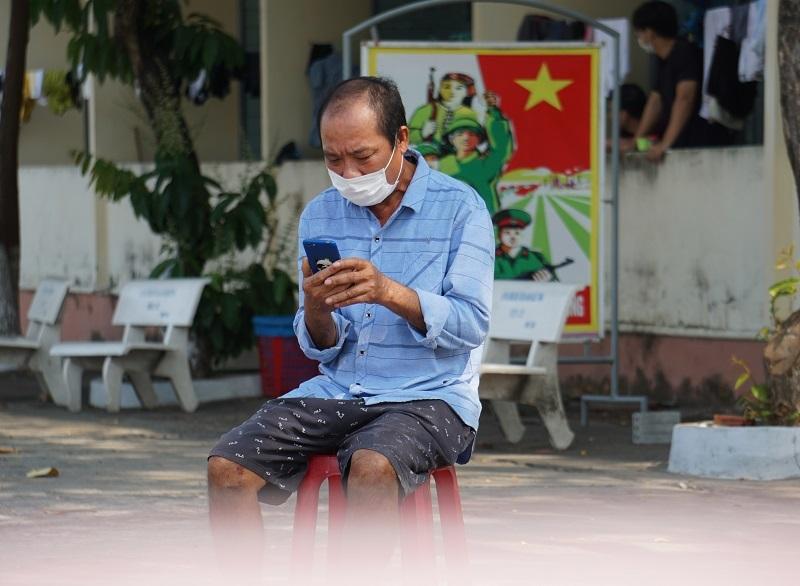 Người đàn ông lập bàn thờ, chịu tang cha trong khu cách ly ở Đà Nẵng