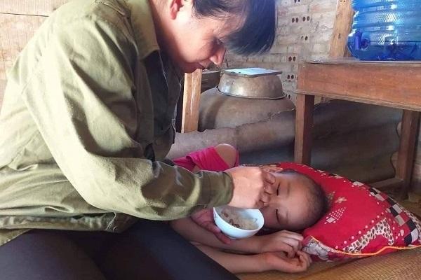 Mẹ nghèo bật khóc: 'Không còn gì bán để cứu con'