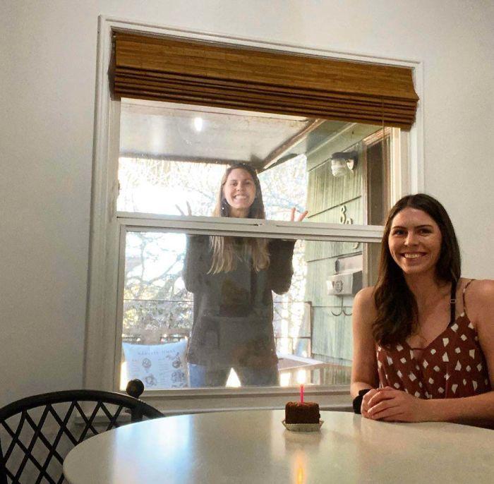 Những cuộc gặp gỡ xúc động qua ô cửa sổ
