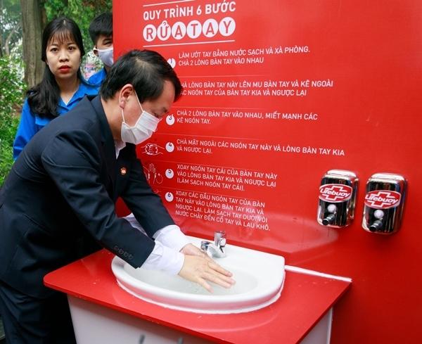 Cùng cover 'Ghen Cô Vy', góp quỹ xây 100 trạm rửa tay dã chiến Lifebuoy