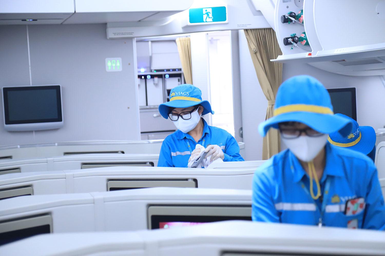 Hình ảnh khử trùng từng milimet trên máy bay phòng lây lan Covid-19