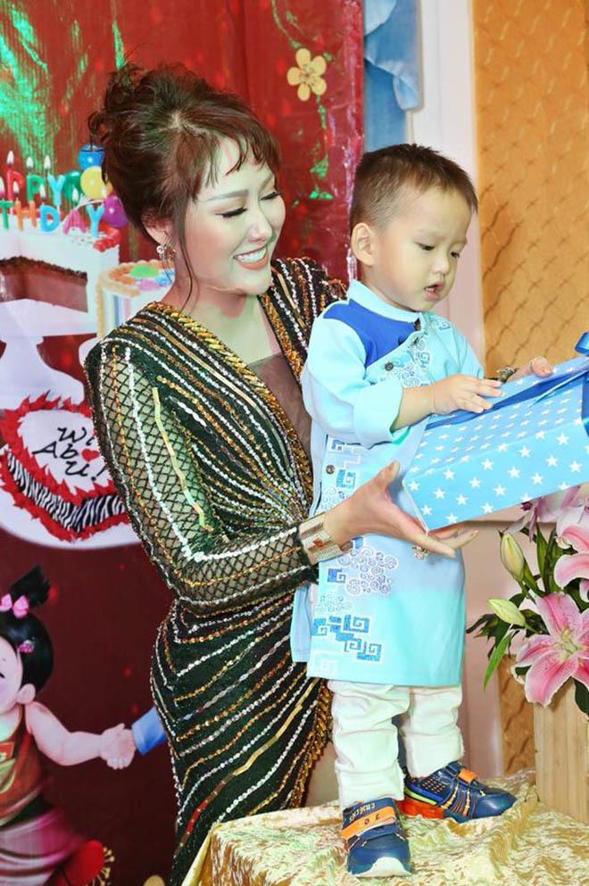 Phi Thanh Vân thương Nhật Kim Anh khi phải ra toà giành nuôi con
