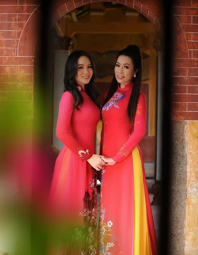 Con gái 17 tuổi, 1m72 học rất giỏi của Trịnh Kim Chi và chồng đại gia