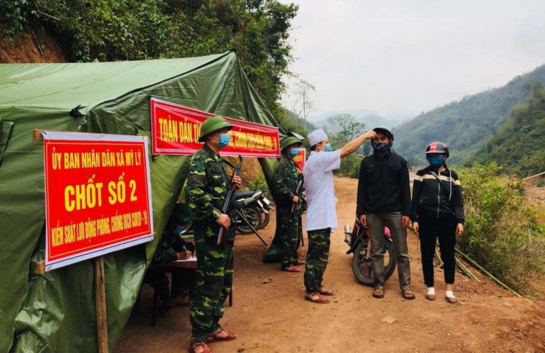 Bữa cơm trên lá chuối nơi biên giới của bộ đội biên phòng chặn dịch