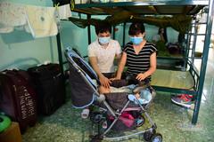 Em bé sơ sinh trong khu cách ly ở Sài Gòn: Chiến sĩ thay nhau bế bồng, chăm sóc