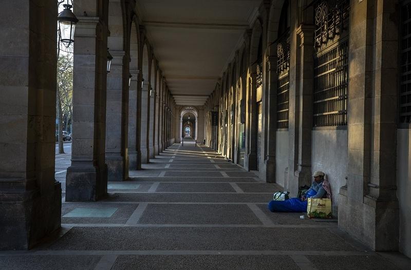 Tình cảnh của người vô gia cư khi TBN oằn mình chống dịch Covid-19