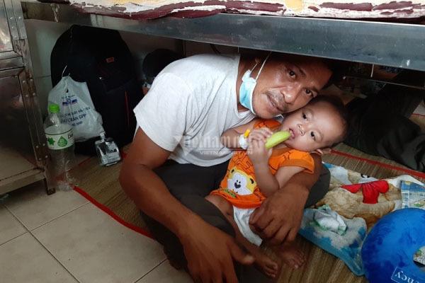 Trao gần 70 triệu đồng cho em bé M'nông phải nằm gầm giường chữa ung thư