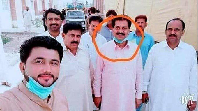 Bị đình chỉ vì chụp ảnh với chính khách nhiễm Covid-19 trong khu cách ly ở Pakistan