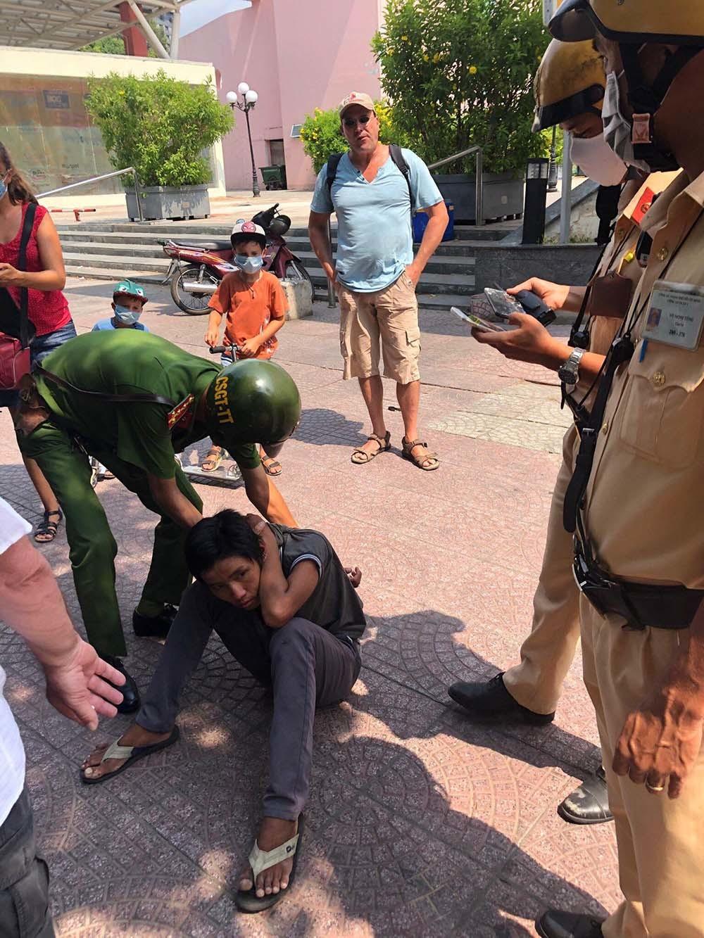 Tên cướp thiếu niên vung dao tấn công vợ chồng người Pháp ở trung tâm Sài Gòn