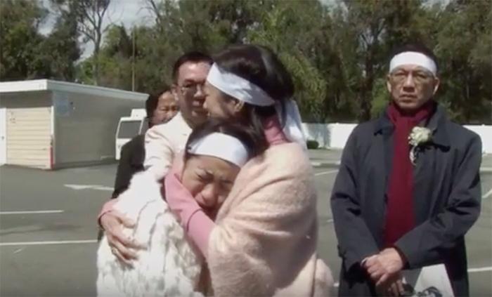 Ý Lan vừa hát vừa khóc bên linh cữu mẹ Thái Thanh lần cuối
