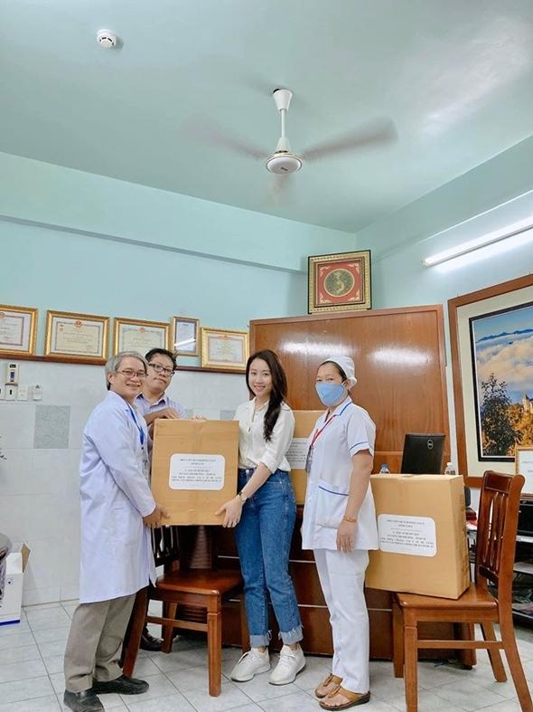 Covid-19: Cựu MC VTV tặng 1000 suất ăn, Hồng Loan góp 3000 khẩu trang