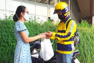 Đi chợ thuê, bà nội trợ rảnh rang, bác xe ôm thêm nghề mới