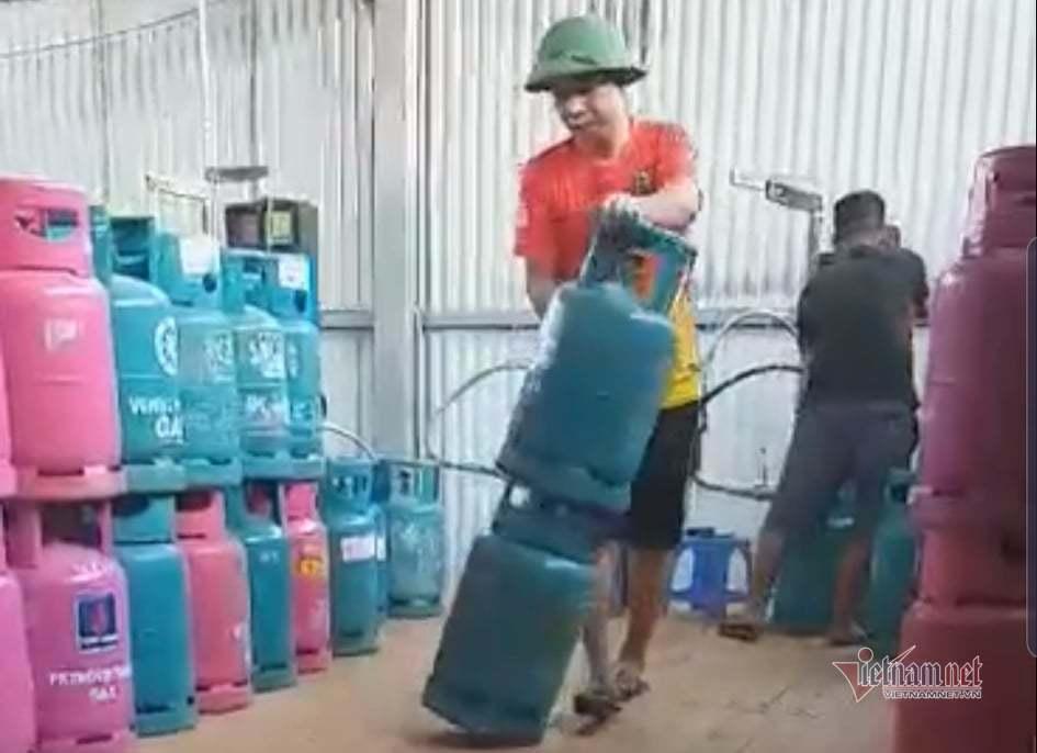 Bắt quả tang cơ sở sang chiết gas lậu lúc nửa đêm