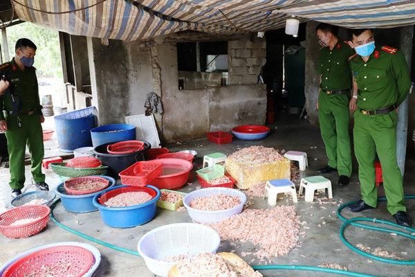 'Biến' hàng trăm kg tôm chết thành tôm nõn mỗi ngày
