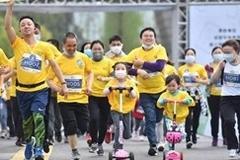 Nghìn người TQ xuống phố chạy marathon, siêu thị tấp nập trở lại