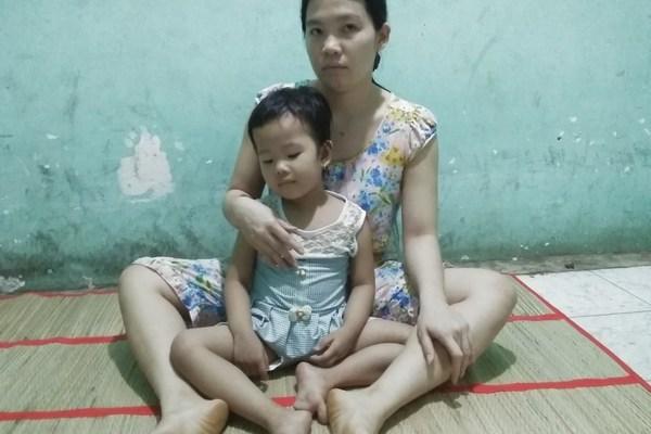 Cha nghèo bật khóc vì thất nghiệp: 'Vậy là không có tiền cứu con rồi'
