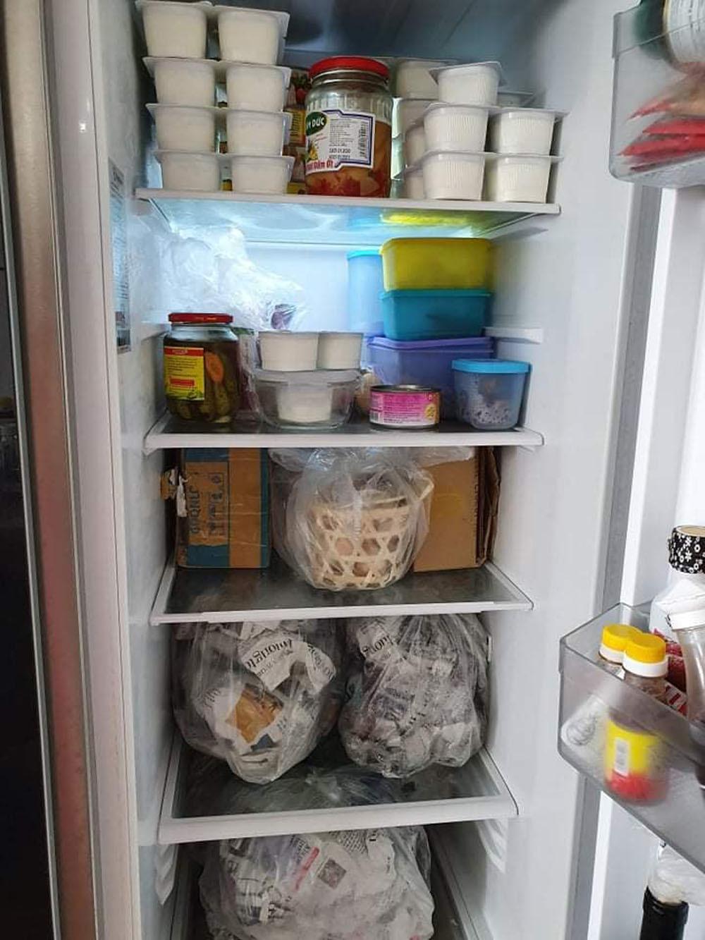 Đua nhau tích trữ thực phẩm, vợ chồng 'méo mặt' bỏ đi đồ hỏng