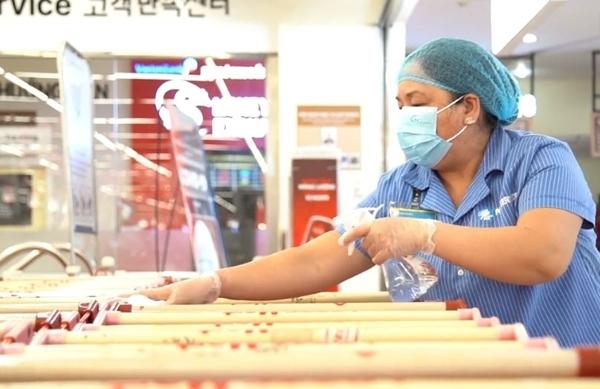 LOTTE Mart tặng Quận đoàn 7 khẩu trang vải kháng khuẩn