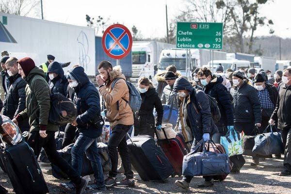 Hàng ngàn người Ukraina đổ về biên giới Ba Lan chờ về nước trước giờ phong tỏa
