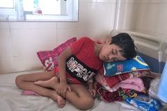Cha mắc bệnh lạ, con trai ung thư vật vã với những giấc ngủ ngồi