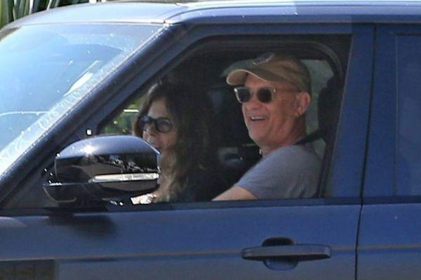 Vợ chồng diễn viên Tom Hanks lái xe trên đường khiến fan bất ngờ