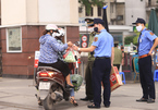 Tiếp tế thực phẩm sau lệnh 'nội bất xuất, ngoại bất nhập' BV Bạch Mai