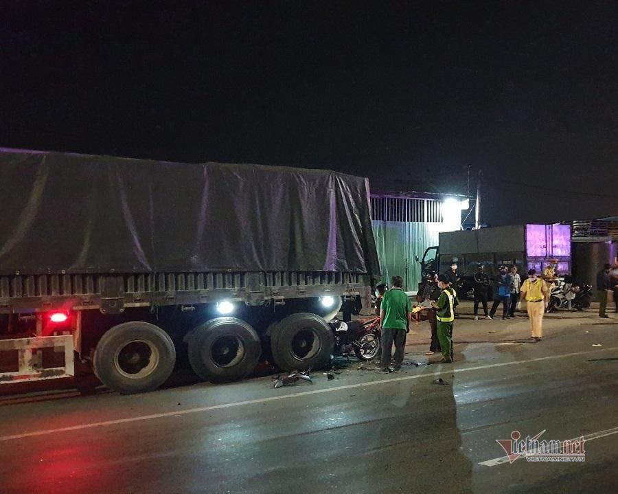 Lao vào đuôi xe container bên đường, 2 thanh niên tử vong tại chỗ