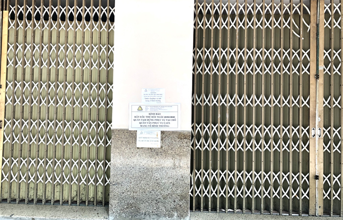 Phố lặng vắng, quán xá muôn nơi cửa đóng then cài chống 'giặc' Covid-19