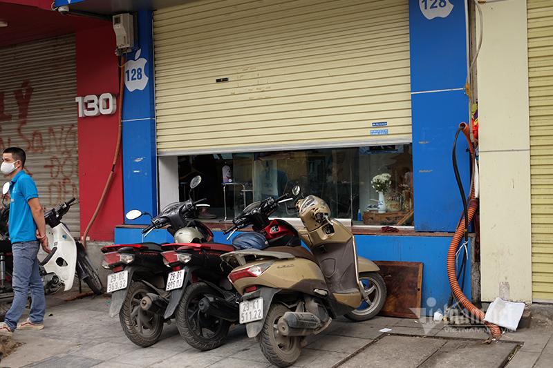 Hà Nội: Nhiều cửa hàng điện thoại, linh kiện máy tính phớt lờ lệnh cấm