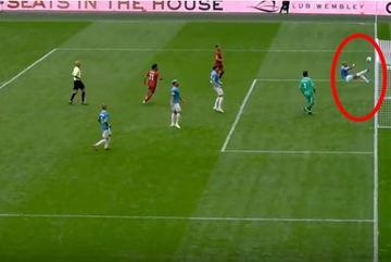 Những khoảnh khắc đáng kinh ngạc trong bóng đá
