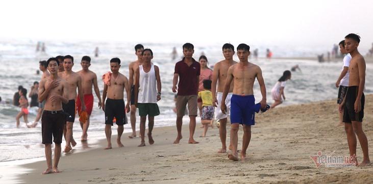 Nghìn người Quảng Nam tập trung tắm biển bất chấp lệnh cấm tụ tập