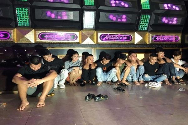 Bất chấp lệnh cấm, 9 nam 1 nữ vẫn bay lắc trong quán karaoke