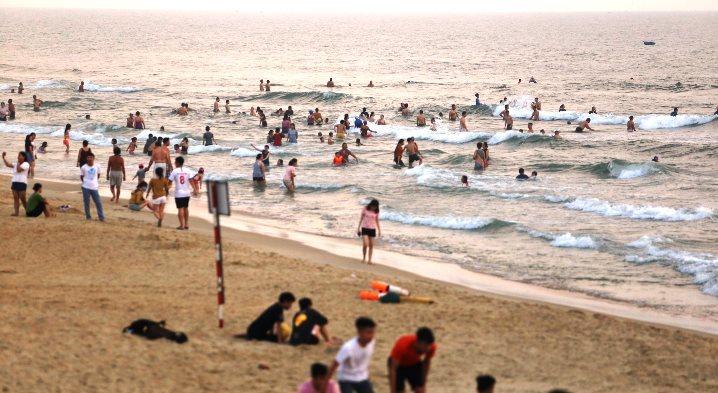 Nghìn người tắm biển, Quảng Nam lệnh dừng gấp