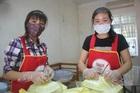 Những cô giáo tình nguyện đi nấu ăn ở khu cách ly biên giới