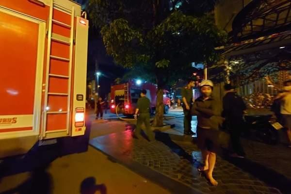 Cháy tầng thượng nhà 3 tầng, cách cây xăng Nam Đồng chỉ 60m