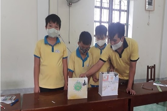 Thầy trò trường làng chế tạo máy sát khuẩn tay tự động