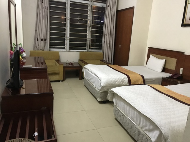 Tránh dịch, cha mẹ già 'bao trọn' cả khách sạn