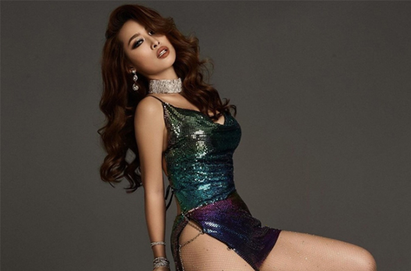 Mỹ nhân Việt sở hữu biệt thự 600 tỉ, Vũ Ngọc Anh mê váy xẻ hông cao, chằng dây xích