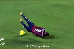 20 khoảnh khắc không nhịn được cười trong bóng đá