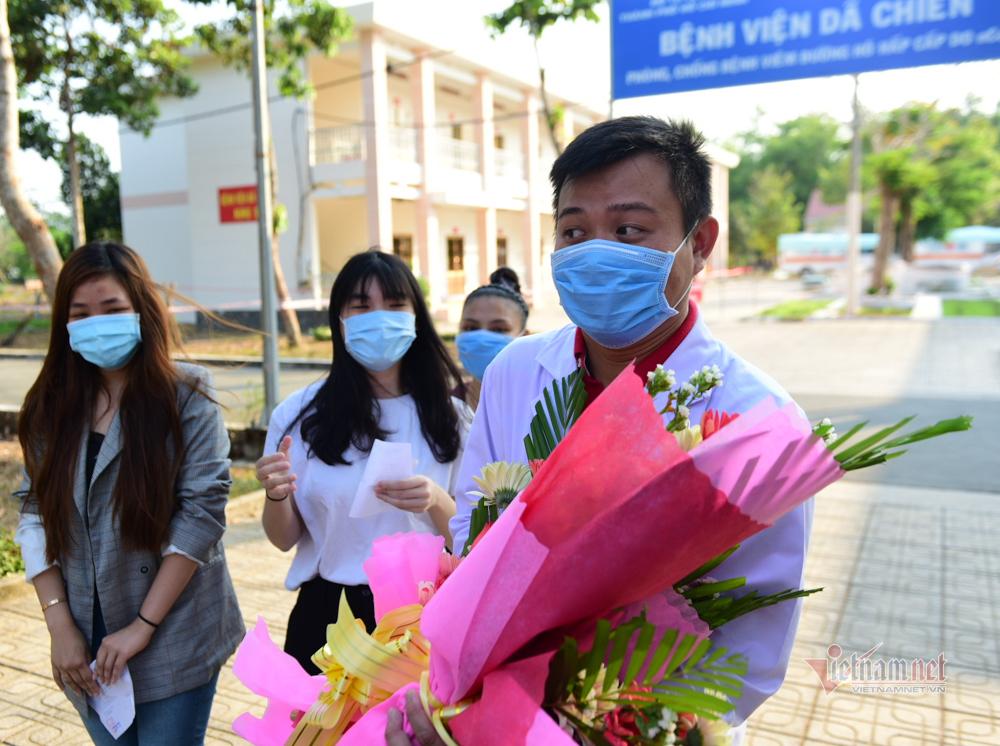 4 nữ bệnh nhân Covid-19 tươi vui xuất viện, tặng hoa bác sĩ ở TP.HCM