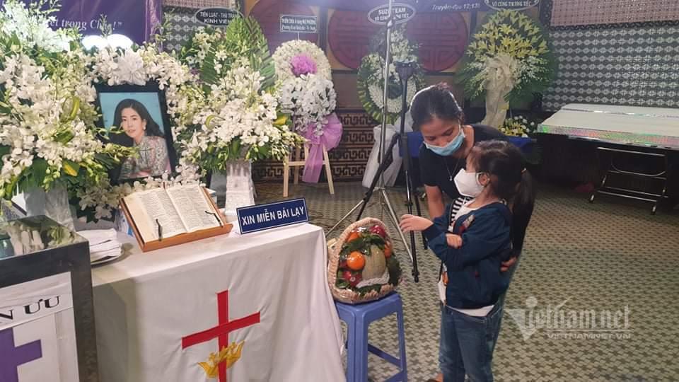 Ông ngoại bế con gái Mai Phương nhìn mặt mẹ trong tang lễ